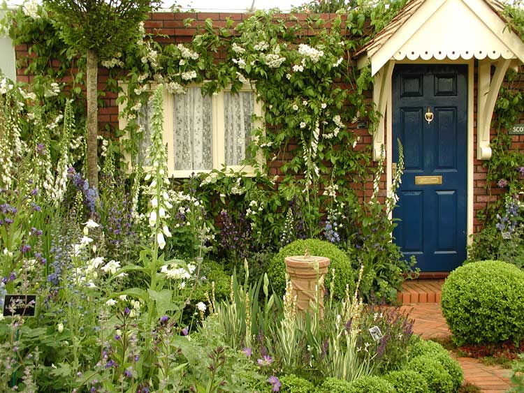 English Terraced House Backyard Ideas :  English formal gardens and combined them within a modest front garden